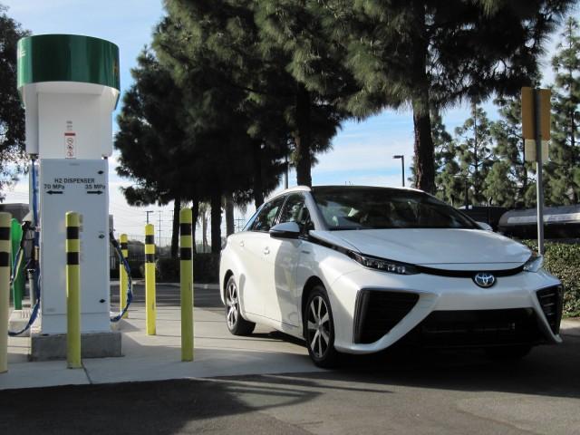 Tesla Model X ต้องมาวัดกันกับ Toyota Mirai